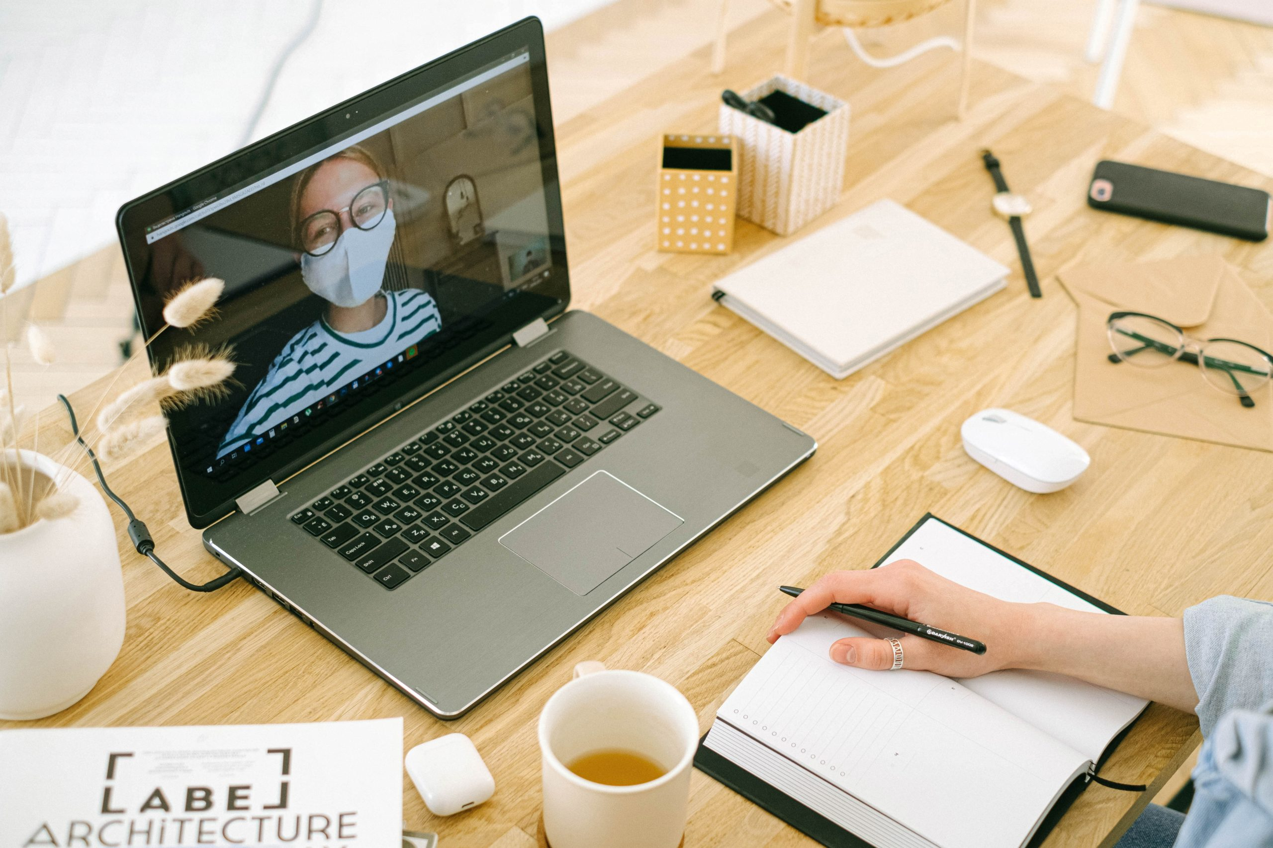 Zuhause am Laptop arbeiten